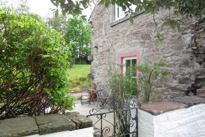 Vorlich Holiday Cottage - into the garden